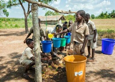 Mission eau hygiène et assaisnissement au Togo de l'ONG Pompiers Solidaires - Formation à l'hygiene et l'importance du lavage soigneux des mains