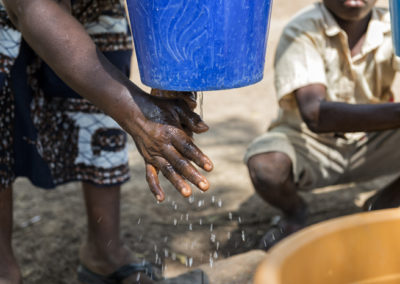 Mains de femme apprenant à se laver les mains dans le cadre de la mission menée par Pompiers Solidaires au Togo