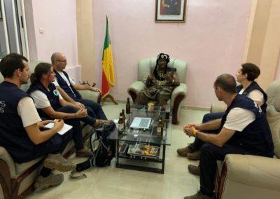 cinq membres de Pompiers SOlidaires rencontrent les autorités locales du Bénin dans le cadre de la mission d'évaluation qu'ils effectuent.