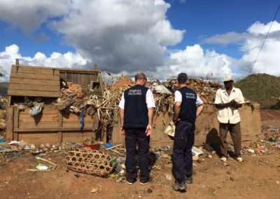 Bénévoles de Pompiers Solidaires dans un village de Madagascar
