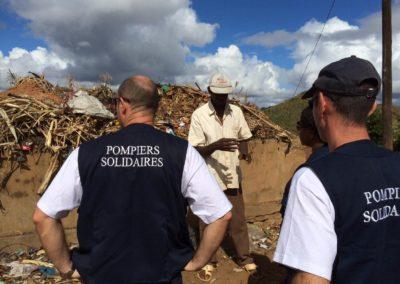 Deux bénévoles de pompier solidraire et un chef de village de Madagascar