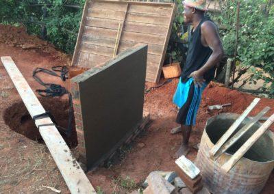 Un malgache en train de construre un puits avec l'aide de Pompiers Solidaires