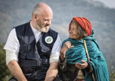 Philippe Etchebest, parrain de Pompiers solidaires, à côté d'une vieille femme népalaise
