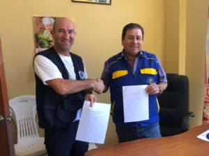 Stéphane Mahouin - président de Pompiers solidaires et un représentant des autorités locales au Perou