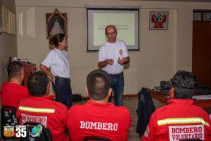 Deux membres de pompiers solidaires forment dans une salle les pompiers de Camana